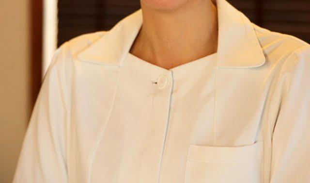 大阪で小鼻脱毛のおすすめをする女性
